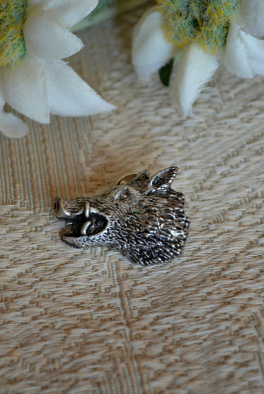 Hat or lapel pin in pewter finish depicting a wild boar's head.