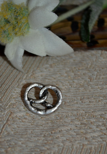 Hat/Lapel Pin Pretzel