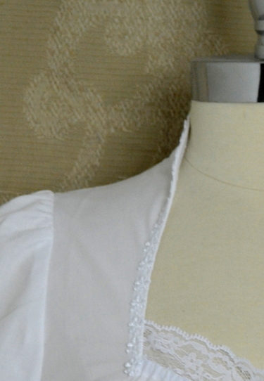 Dirndl_bluse_7279_side_neck_detail